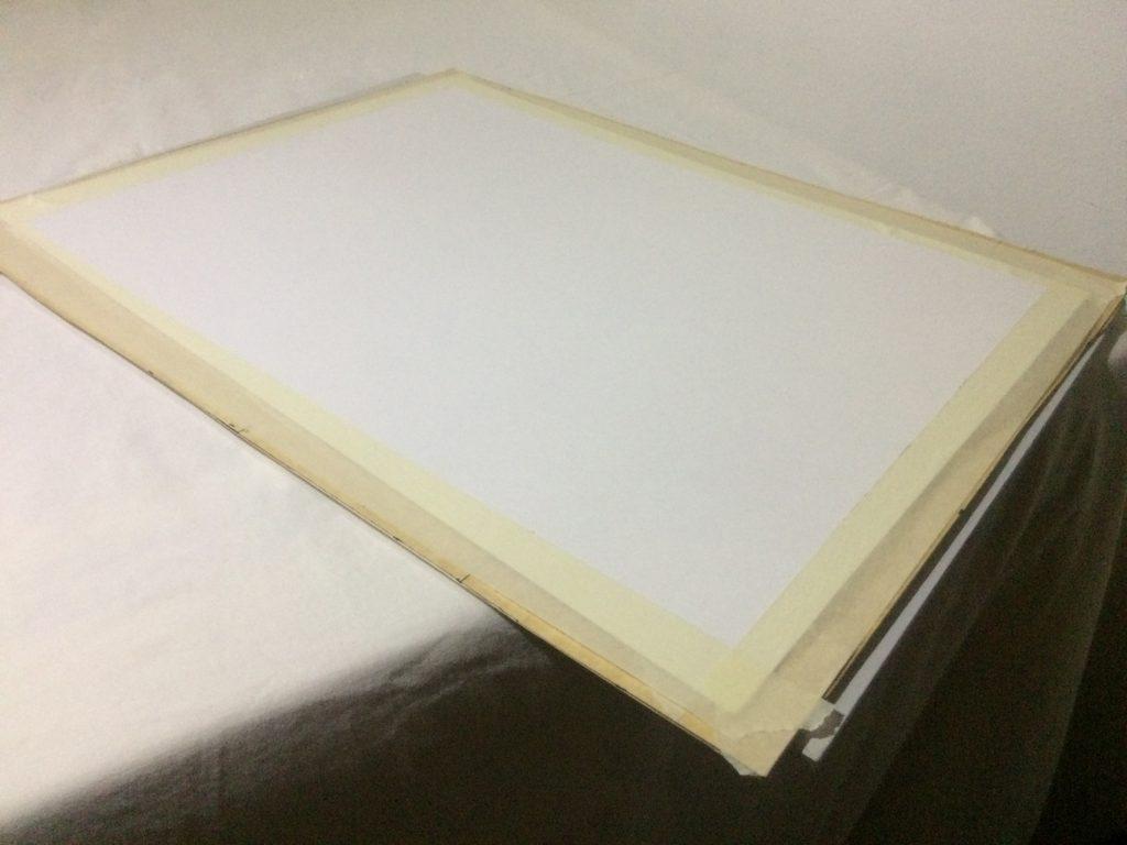Pegando la base en la parte posterior del marco